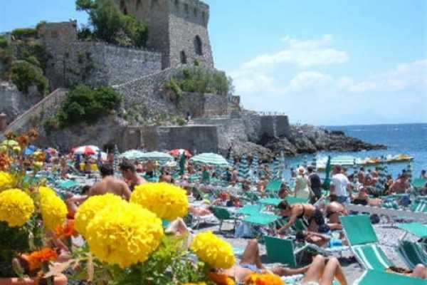 8 exclusive vacation rentals apartments ensuite in Maiori Amalfi Coast. Amazing seafront relais overlooking Amalfi Coast in a lemon trees private park