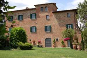 Country house vacations rentals with pool in Foiano della Chiana near Cortona in Tuscany. Holiday country house immersed in the tuscan countryside