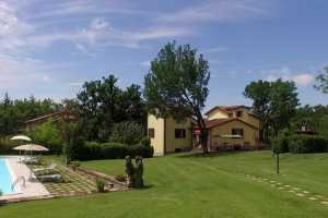 Book now your perfect holiday in Tuscany in this beautiful private villa with family pool in Anghiari in the province of Arezzo in Tuscany.