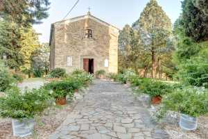 Farmhouse vacation rentals in Cortona, Tuscany. 8 Apartments for rent with pool and private garden overlooking Valdichiana hills