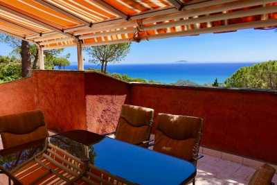 Apartment vacation rental in Castiglione della Pescaia, Grosseto, Tuscany. Seafront apartment with 2 bedrooms, 1 bathroom and a stunning seaview terra
