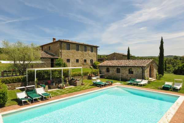 Private villa with pool in Arezzo, Book now your vacation in Tuscany, located on a hill overlooking the beautiful countryside
